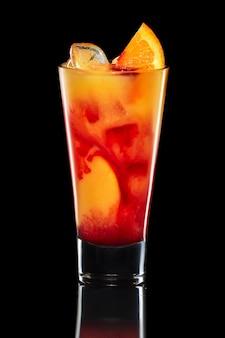 Filho de cocktail de um galo isolado no preto