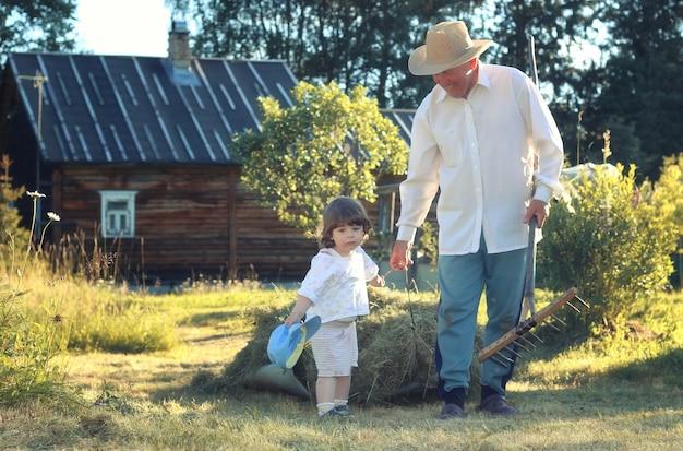 Filho e avô campo rural