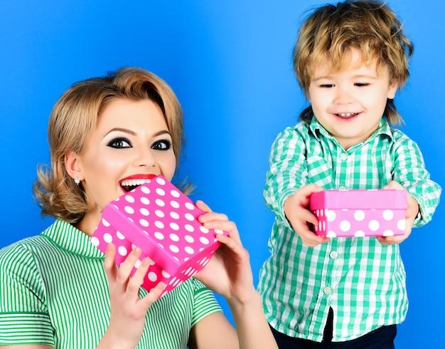 Filho e mãe com caixa de presente. família feliz com presentes. dia das mães