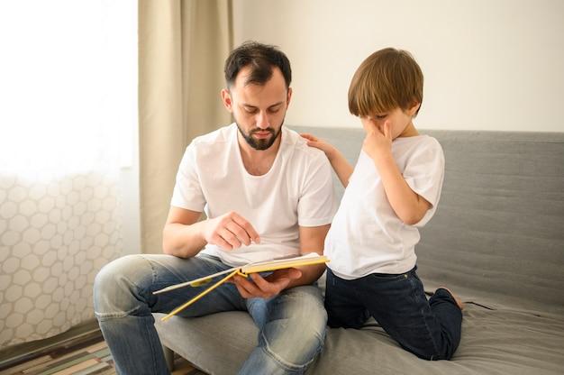 Filho e pai brincando juntos