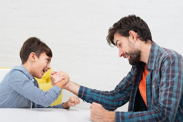 Filho e pai fazendo competição skandenberg