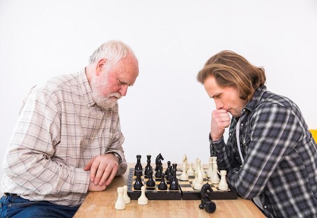 Filho e pai jogando xadrez