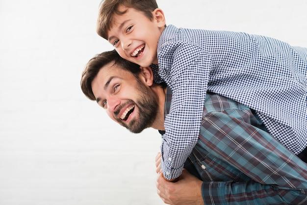 Filho feliz, abraçando seu pai