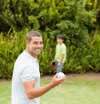 Filho jogando futebol com seu pai