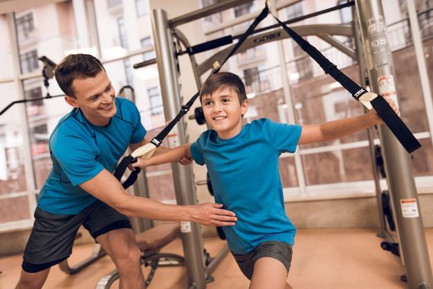 Filho realiza um exercício e o pai diz ao filho.