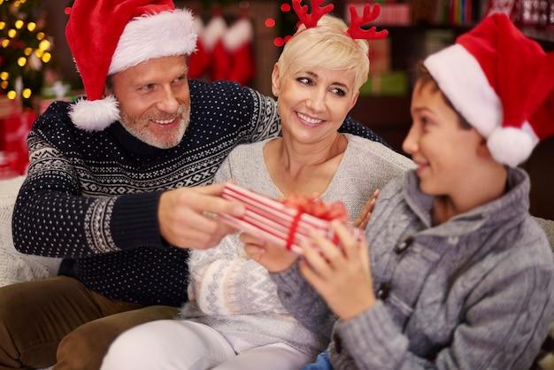 Filho recebendo presente de natal dos pais