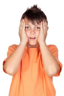Filho surpreso com camiseta laranja isolado no fundo branco