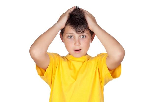 Filho surpreso com t-shirt amarela isolado no fundo branco
