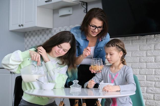 Filhos com a mãe comendo em casa na cozinha