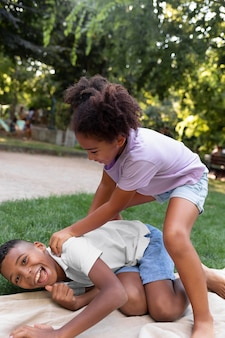 Filhos completos brincando ao ar livre