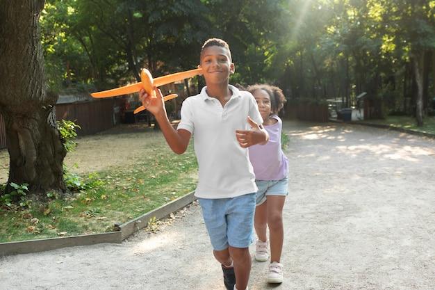 Filhos completos brincando com um avião