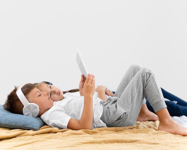 Filhos completos com tablet