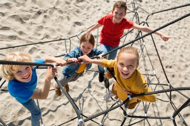 Filhos completos escalando corda