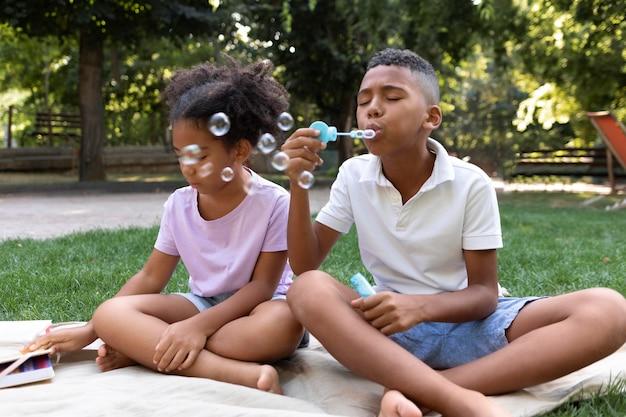 Filhos completos fazendo bolhas de sabão