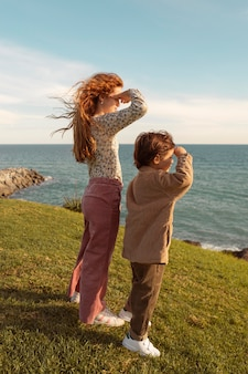 Filhos completos olhando para o mar