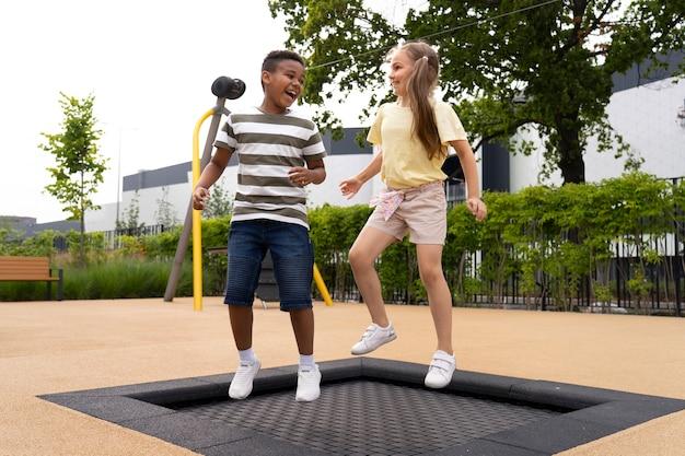 Filhos completos pulando juntos