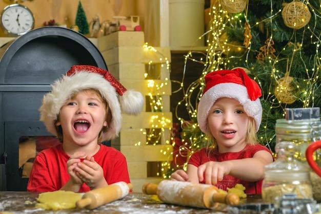 Filhos de papai noel fazendo biscoito.