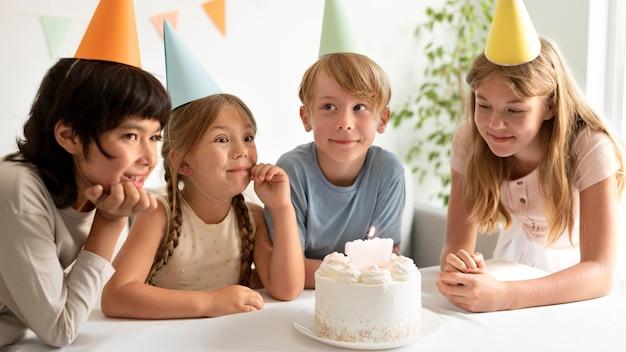 Filhos de tiro médio comemorando aniversário
