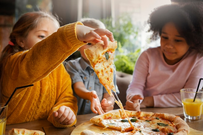Filhos de tiro médio comendo pizza