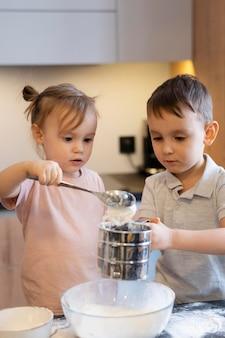 Filhos de tiro médio servindo farinha