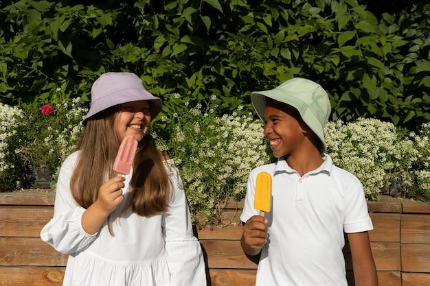 Filhos de tiro médio tomando sorvete