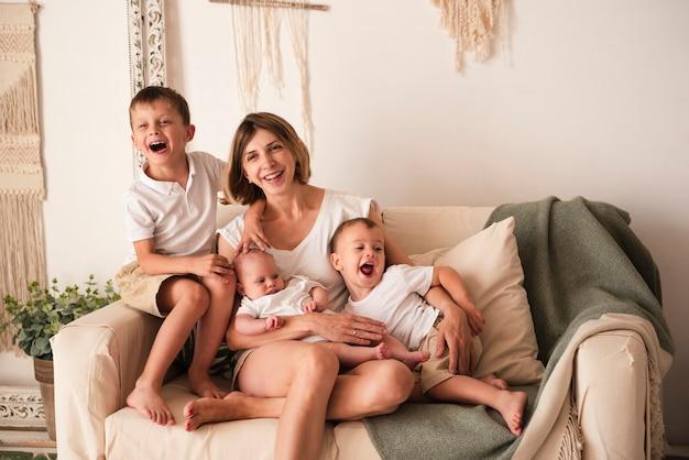 Filhos e mãe alegre
