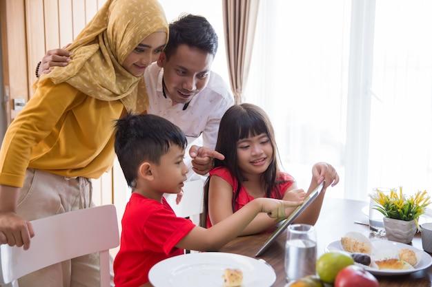 Filhos e pais usando o tablet pc