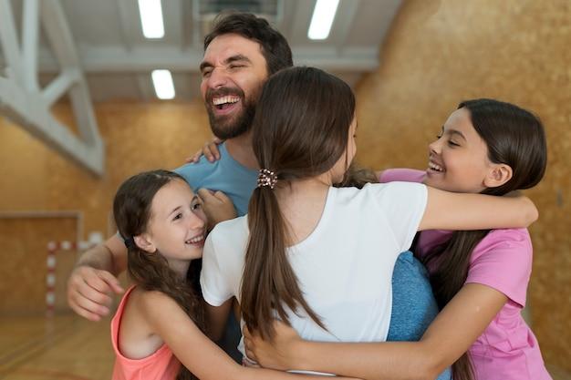Filhos e professores felizes em tiro médio