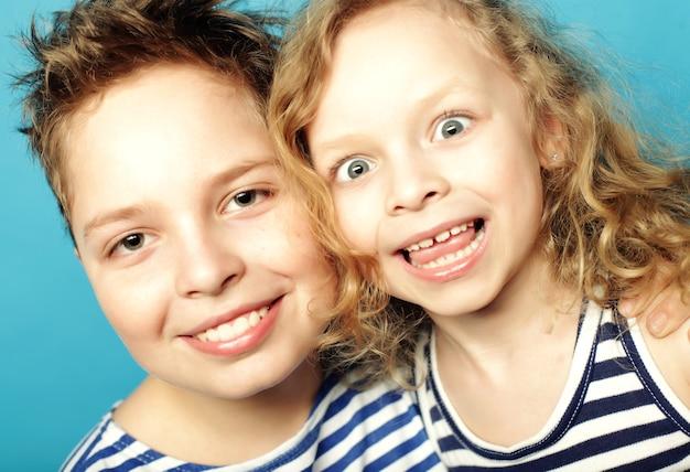 Filhos - irmã e irmão, família feliz