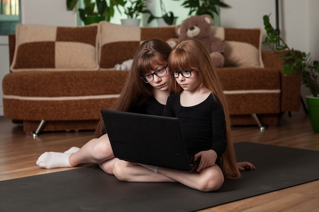 Filhos, irmãs, façam um treino em casa no tapete de ginástica