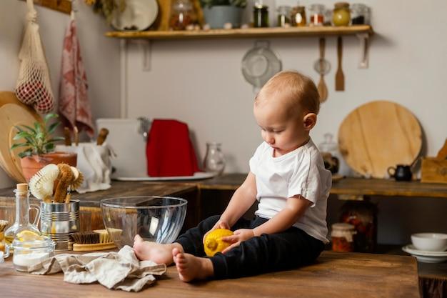 Filhote completo de criança fofa sentada na mesa