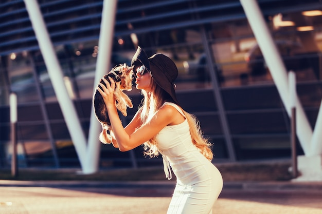 Filhote de cachorro beijando loira glamour