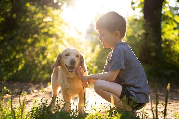 Filhote de cachorro brincando ao ar livre