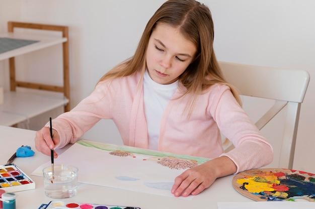Filhote médio pintando na mesa