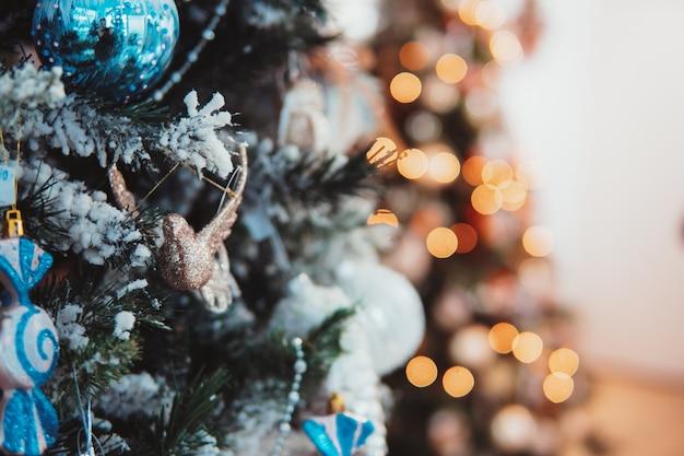 Filial de árvore de natal com brinquedos