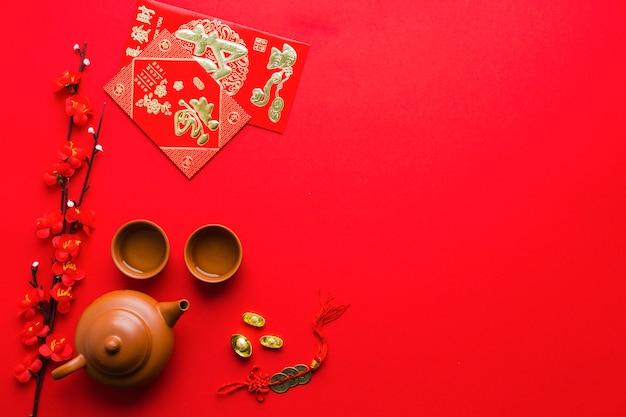 Filial de florescimento perto de suprimentos de cerimônia de chá
