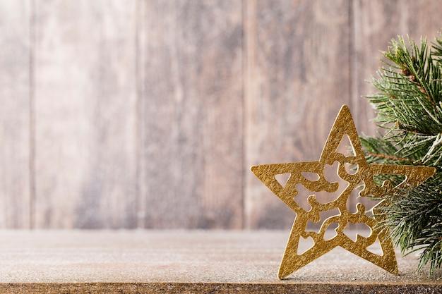 Filial e decoração do abeto de natal, no fundo de madeira.