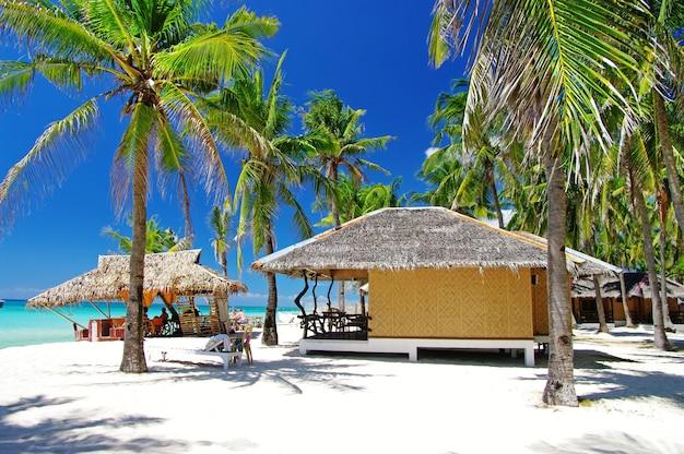 Filipinas. férias relaxantes tropicais na ilha de bantayan. bangalôs tradicionais na praia de santafe