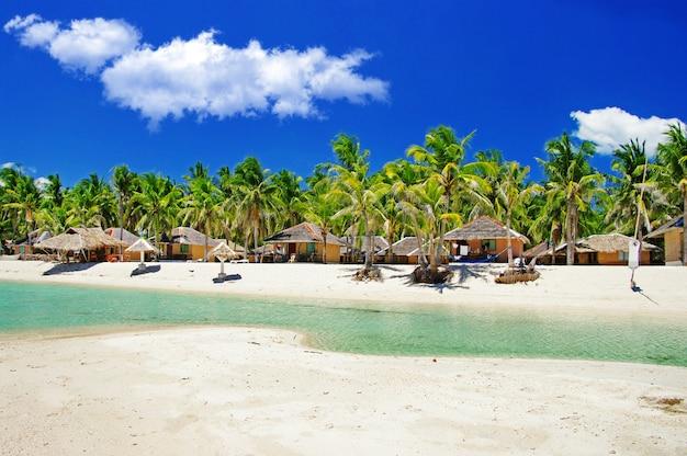 Filipinas. férias relaxantes tropicais na ilha de bantayan. bangalôs tradicionais na praia santa fé