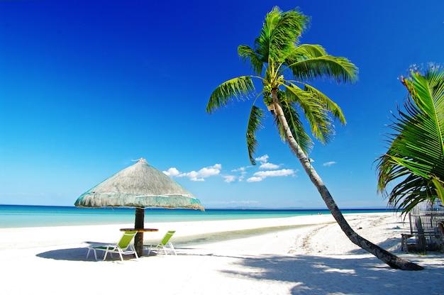 Filipinas. férias relaxantes tropicais na ilha de bantayan. praias de areia branca e mar turquesa