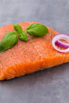 Fille de salmão fresco com especiarias no cinza.