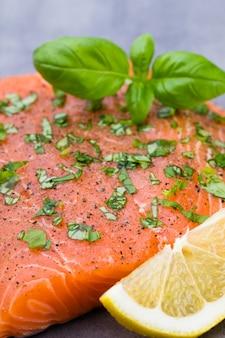Fille de salmão fresco com especiarias no cinza