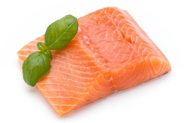 Fille de salmão fresco isolado no branco
