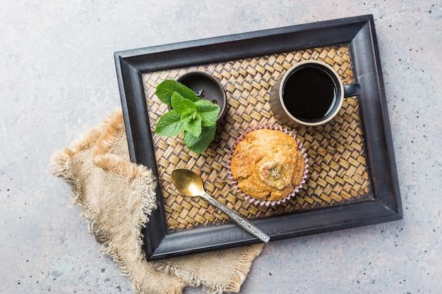 Filmado com muffin e xícara de café