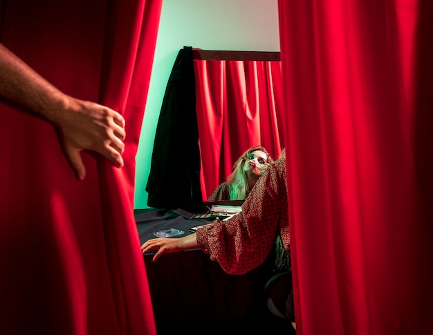 Filmado por trás de uma mulher vestida de palhaço