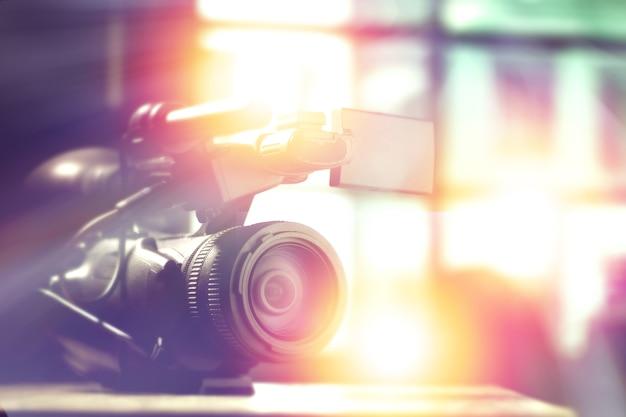 Filmadora profissional em estúdio com fundo desfocado para entrevista de tv