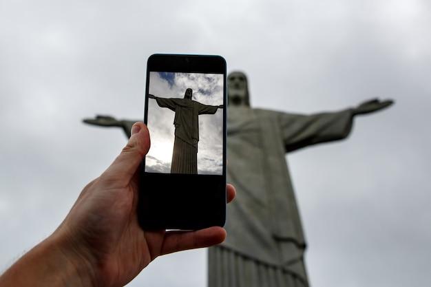Filmagem com smartphone do cristo redentor no rio de janeiro, brasil