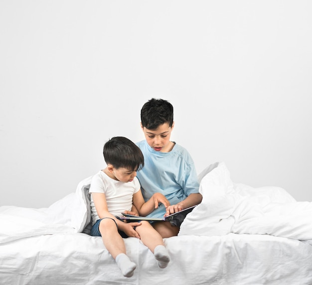 Filmagem completa crianças lendo juntos