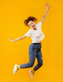 Filmagem completa da bela mulher pulando