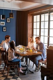 Filmagem completa da família comendo junta